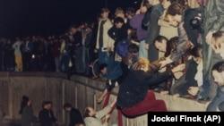 10 ноября 1989 года. Жители восточной и западной части города соединились наверху Берлинской стены.