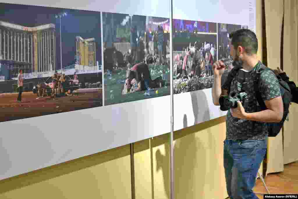 """2017 жылы 1 қазанда америкалық фотограф Дэвид Беккер Лас-Вегастағы фестивальда болған атыстың куәгері болған. Қонақ үй терезесінен қалың шоғырды Стивен Пэддок атқан деп айтылады. 10 минуттың ішінде 58 адам қаза тапқан және 500-ден астам адам жараланған. Оның суреті """"Шұғыл жаңалықтар"""" категориясы бойынша бірінші орын алды."""