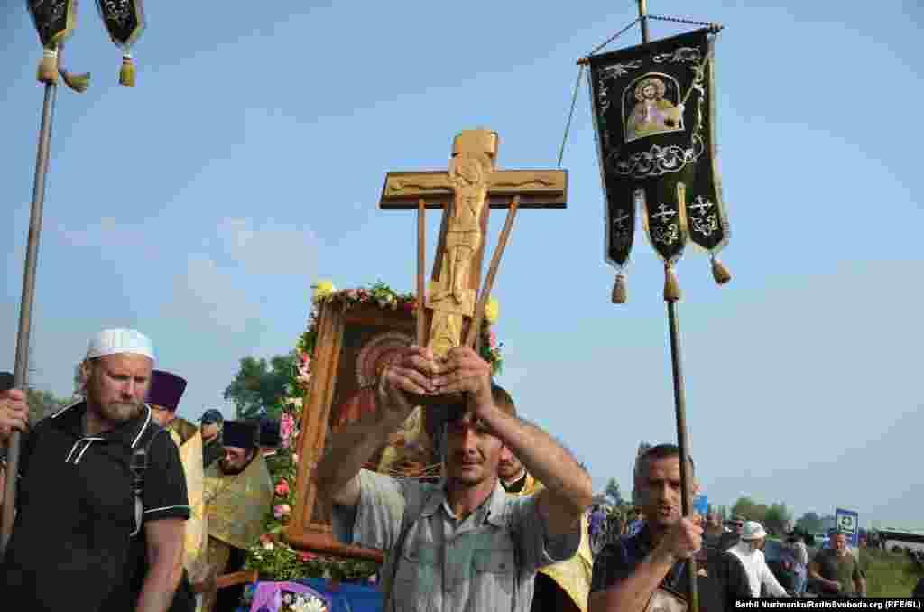 Попереду хресної ходи йшли люди з хрестом і іконостасом