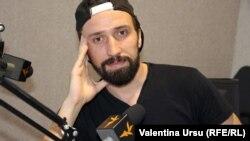 Alexandru Bordian în studioul Europei Libere de la Chișinău