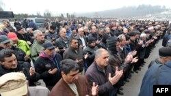 Mii de cetățeni ai orașului Sarajevo, rugîndu-se pentru sufletul celebrului Husein Hasani
