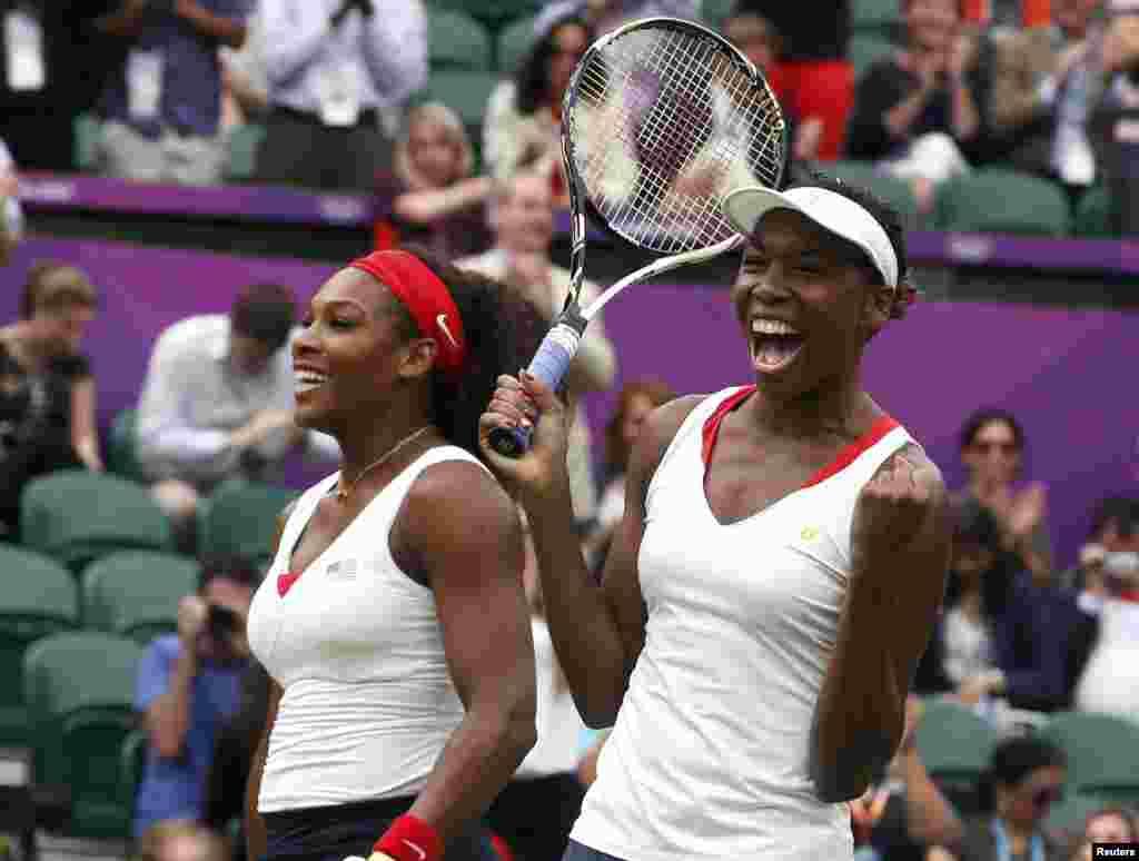 Amerikalı bacılarSerena Williams və Venus Williams (sağdakı) tennisdə qələbəsini qeyd edir
