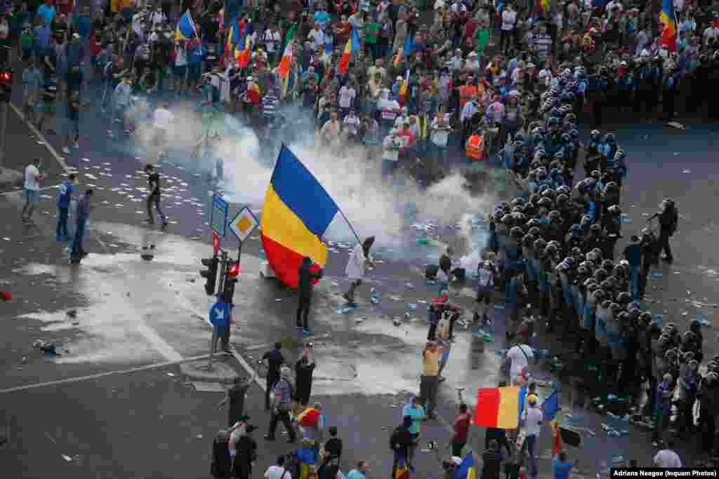 Jandarmeria vrea să disperseze mulțimea. În mulțimea pașnică s-au infiltrat membrii galeriilor sportive care au început să arunce cu peturi cu apă în forțele de ordine.