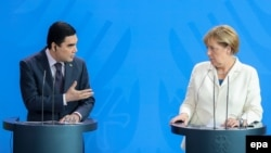Turkmaniston prezidenti G'urbang'uli Berdimuhammedov va Germaniya kansleri Angela Merkel Berlindagi matbuot anjumanida, 2016 yil 29 avgusti.