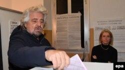 """Италиялық """"Бес жұлдыз"""" партиясының басшысы, комедиялық әртіс әрі блогшы Беппе Грилло."""