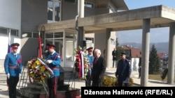 Ambasador Rusije Petar Ivancov pored spomen ploče nekadašnjem ruskom ambasadoru u UN
