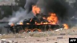 Горящий танк правительственных войск