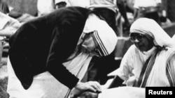 Монахиня Мать Тереза посещает больного в Калькутте. 2 февраля 1986 года.