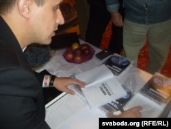 Севярынец на прэзэнтацыі сваёй папярэдняй кнігі, «Беларуская глыбіня». Берасьце, 2014 год