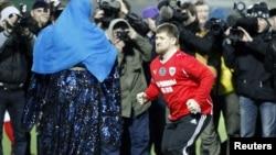 Глава Чечни Рамзан Кадыров исполняет танец на футбольном матче в Грозном, 2011 год