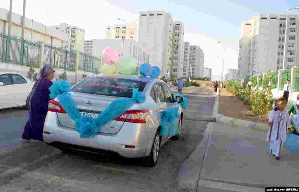 В начале учебного года некоторые родители привезли своих детей на украшенных автомобилях