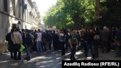 Перед зданием Суда по тяжким преступлениям, где идет процесс над активистами NIDA. Архивно-иллюстративное фото, май 2014.
