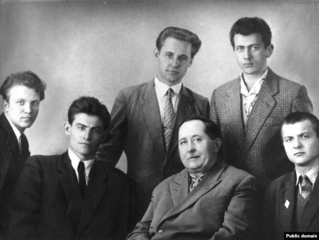 Архівне фото. Василь Стус – другий зліва