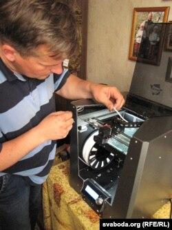 Алесь Варыкіш рыхтуе 3-D прынтэр да працы