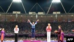 Награждение победителей в семиборье. Олимпийская чемпионка - британская спортсменка Джессика Эннис. Лондон, 4 августа 2012 г