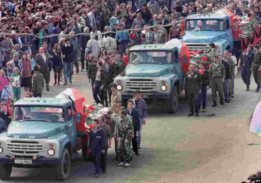 Похоронна процесія із жертвами перевороту перед російським Білим домом у Москві, 24 серпня 1991 року.