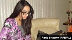 شابة عراقية ونظارات سميكة في عمر مبكّر