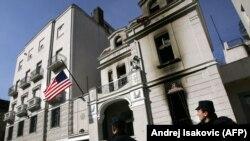 Zapaljena zgrada ambasade SAD u beogradu