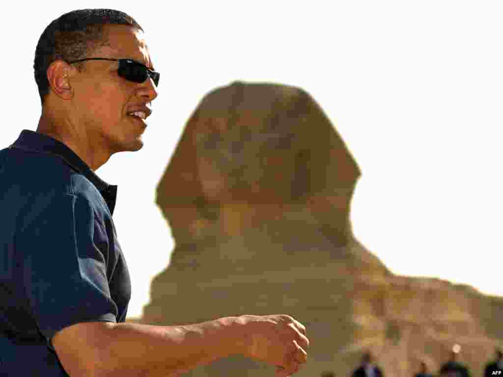 EGYPT, Giza : US President Barack Obama poses for a photo in front of the Sphinx during a tour of the Great Pyramids of Giza following his landmark speech to the Muslim World on June 4, 2009.