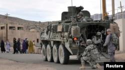 Спільне навчальне «патрулювання села» військовими США й Афганістану в навчальному центрі в Каліфорнії, США, архівне фото