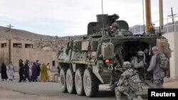 Американские военные патрулируют село в Афганистане совместно с афганскими силами безопасности.