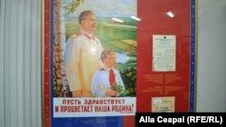 """""""Fie ca Patria noastră să trăiască şi să înflorească!"""" Posterul sovietic original, cu un citat din Iosif Stalin."""