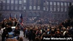 Демонстрация против иностранного вторжения в Праге. Август 1968 года