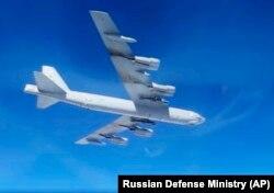 Американский стратегический бомбардировщик B-52H совершает полет над Балтийским морем