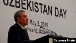 Рустам Азимов дар ҳамоиши Рӯзи Ӯзбакистон,Тошканд, 2 майи соли 2010.