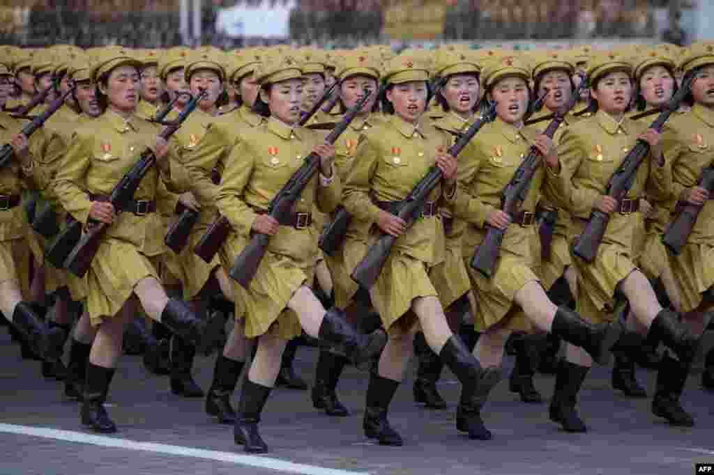 Військовий парад у Пхеньяні, на площі імені Кім Ір Сена. Жовтень 2015 року