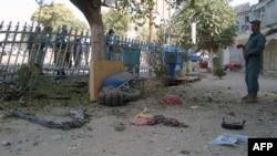 Жанкештілік шабуыл болған жерді зерттеп жүрген ауған полицейлері. Құндыз провинциясы, 10 қыркүйек 2012 жыл. (Көрнекі сурет)