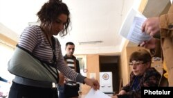 Armenia - A voter casts a ballot at a polling station in Vanadzor , 2Oct2016.