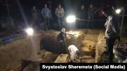 Розкопки на сільському цвинтарі у Грушовичах, що неподалік Перемишля, 29 травня 2018 року