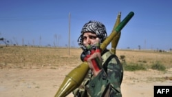 Бунтовнички војник во близина на градот Аџдабија во Либија
