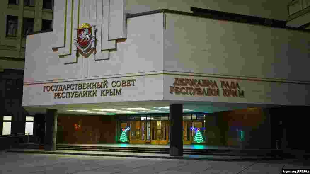 Светодиодные елки у дверей крымского парламента