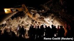 Իտալիա - Փրկարարները գիշերն աշխատում են Պեսկարա դել Տրոնտոյում, 24-ը օգոստոսի, 2016թ․
