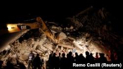 Рятувальники працюють уночі на місці руйнувань у місті Аматріче