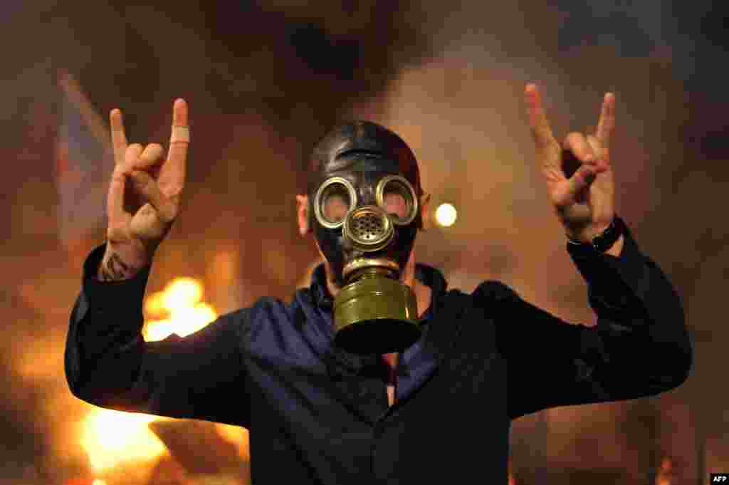 A Turkish protester wearing a gas mask chants slogans in the Kadikoy district of Istanbul.(AFP/Ozan Kose)