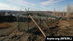 Установка ограждения у плотины Симферопольского водохранилища, декабрь 2019 года
