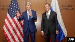 جان کری، وزیر امور خارجه آمریکا (چپ) در کنار سرگی لاوروف، همتای روس خود