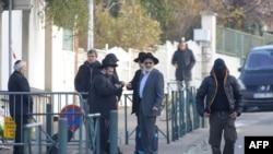 Evrei în fața școlii Ozar Hatorah de la Toulouse, unde trei copii și un adult au fost asasinați la 19 martie de un atacator necunoscut.