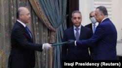 رئیس جمهور عراق مصطفی الکاظمی (فرد وسط) را در بغداد مأمور تشکیل دولت کرد. امروز ۲۱ اسفند