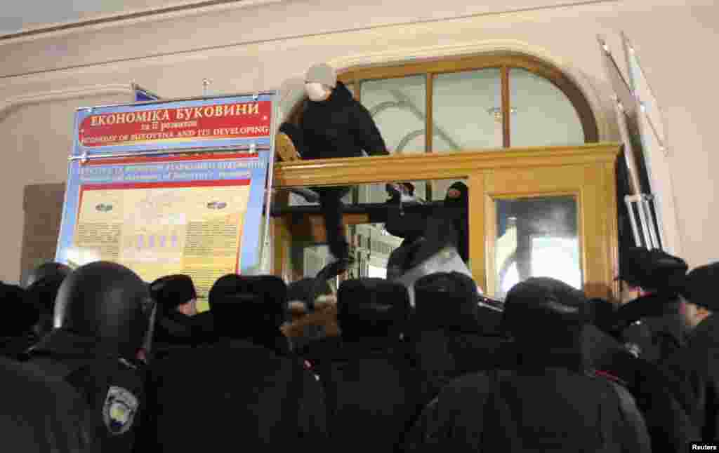 Protesters enter Chernivtsi's regional administration headquarters.