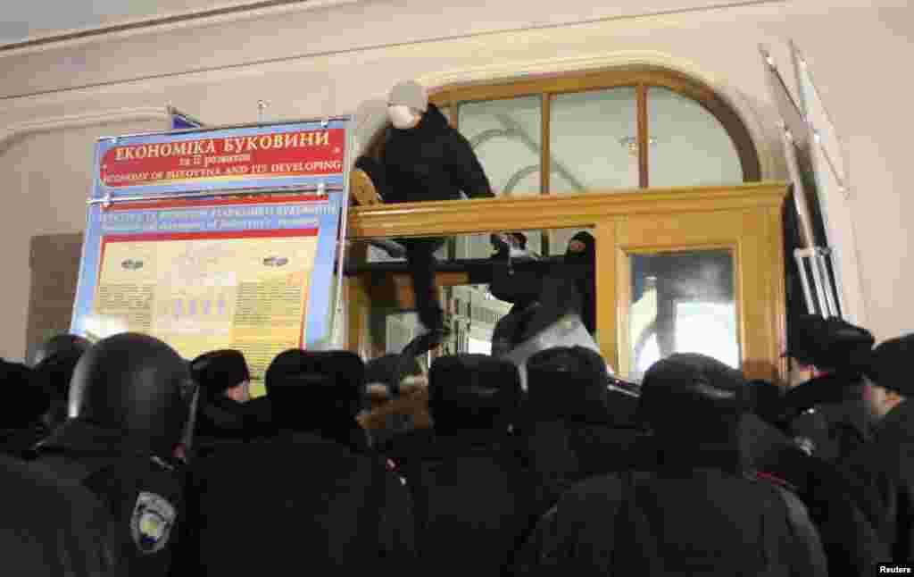 Protesters enter Chernivtsi'sregional administration headquarters.