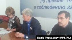 Слева направо: Гульжан Ергалиева, главный редактор журнала Adam bol, Толеген Жукеев, оппозиционный политик, Евгений Жовтис, ведущий правозащитник. Алматы, 22 декабря 2014 года.