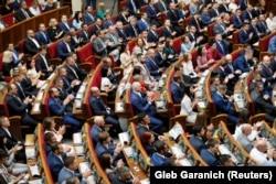 Депутаты Верховной Рады Украины во время первого пленарного заседания парламента, Киев, 29 августа 2019 года