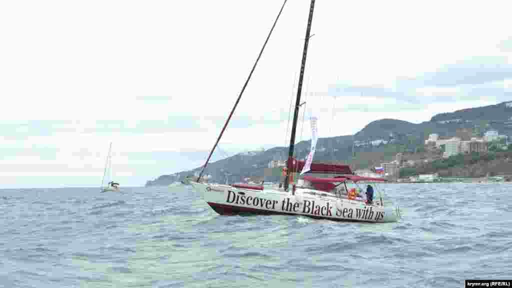 Однак екіпажі це не зупинило, і вони проходили дистанцію з великими кренами і, часом, пірнаючи носом яхти в хвилі