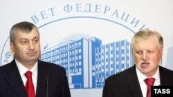 Едуард Кокойти і Сергій Миронов перед засіданням Ради федерації в Москві 25 серпня 2008р.