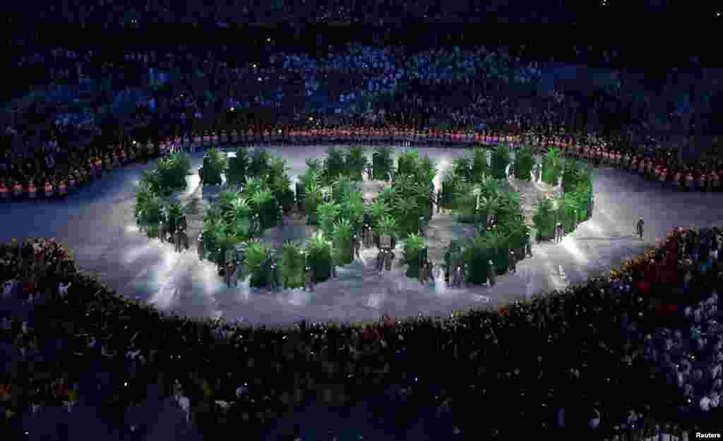 Олимпийские кольца также были символизированы из зелени.