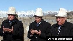 Қырғызстан президенті Алмазбек Атамбаев (ортада), және Әзімбек Бекназаров (со жақта) Ақсы оқиғасының құрбандарын еске алып отыр. 17 наурыз 2012 жыл